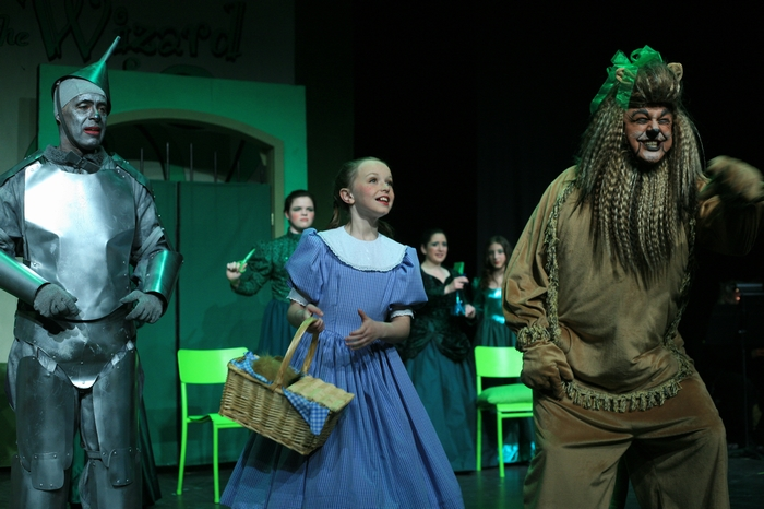 Mike Johnson, Natalie Mack and Carl Bishop in Wizard of Oz